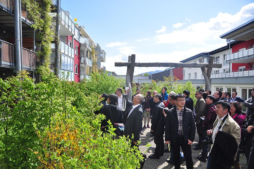 Die chinesische Delegation besichtigt das Holzhaus