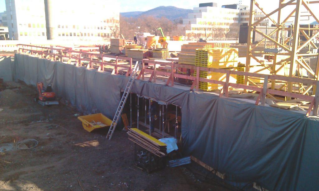 在楼宇A和B之间的防火墙铺设绝缘保护层