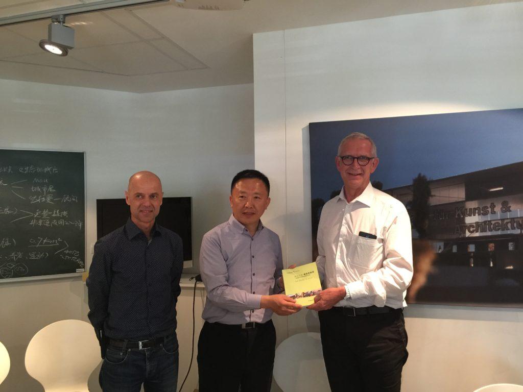Links: Herr ZHAO Shiyu, Direktor des Komitee für Management des Qingdao Sino-German Ecoparks Rechts: Herr Dr. Bernd Dallmann, Geschäftsführer der Freiburg Wirtschaft, Touristik und Messe GmbH & Co.KG (FWTM)