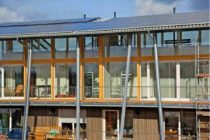 """""""生态木屋""""钢结构光伏板棚架"""