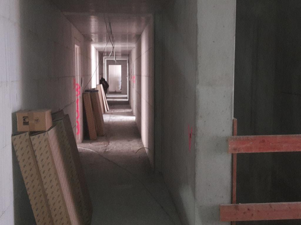 Bautenstand Haus B Blich durch Korridore / Aufzugsschacht