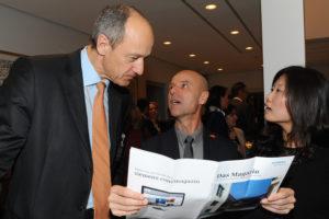 Wolfgang Frey (Mitte) und Dr. Roland Busch, Vorstandsmitglied der Siemens AG, sprechen über den Smart Green Tower